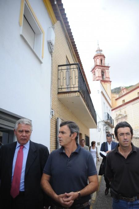 El consejero, con el alcalde, por una calle de Algodonales.
