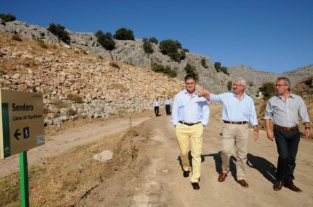Inauguración de las obras del camino a los Llanos del Republicano en Villaluenga del Rosario.