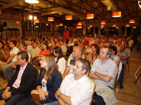 Público asistente al acto de precampaña del PSOE en Arcos.