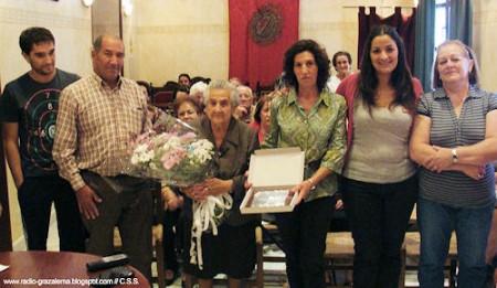 La homenajeada, con familiares y con la alcaldesa.