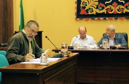 El portavoz de IU, José García Solano, en el pleno del Ayuntamiento de Ubrique del 27 de octubre de 2011.