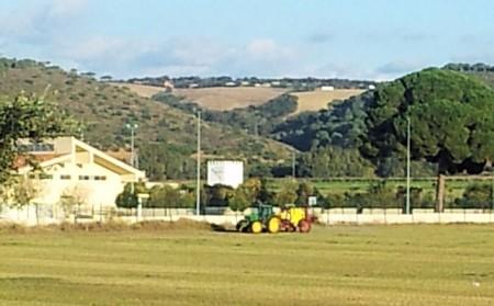 Tractor fumigando junto al colegio.