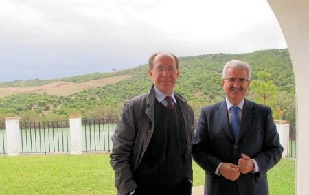 El consejero de Medio Ambiente, José Juan Díaz Trillo, con Manuel Jiménez Barrios, en Bornos.