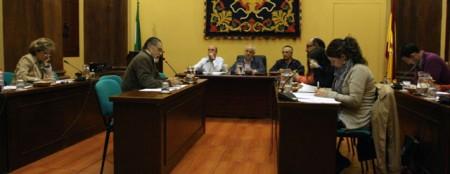 José García Solano (IU), a la izquierda en primer término, en el pleno del Ayuntamiento de Ubrique del 10 de noviembre de 2011.