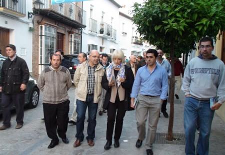 Teófila Martínez y otros miembros del PP, en Zahara de la Sierra.