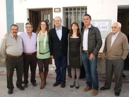 Manuel Chaves, con la alcaldesa y otros miembros del PSOE, en Algar.