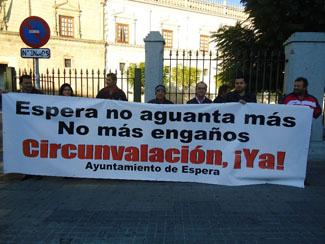 El alcalde y demás ediles del equipo de gobierno de Espera, con una pancarta ante el Parlamento andaluz.