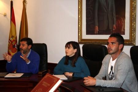 El diputado provincial de Desarrollo interviene en el pleno infantil de Algar, en presencia de la alcaldesa.