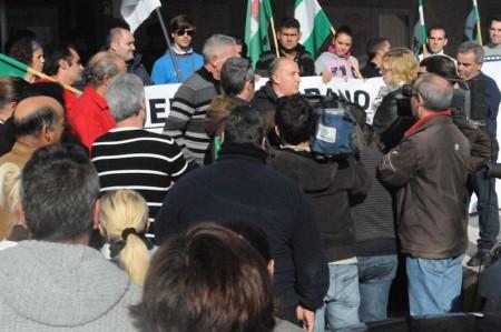 El alcalde de Puerto Serrano, Pedro Ruiz, explica los motivos de la protesta.