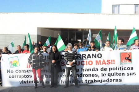 Concentración de vecinos de Puerto Serrano ante el Juzgado de Arcos en protesta por un desahaucio.