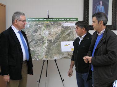 El delegado provincial de Obras Públicas, con los alcaldes de Algodonales y La Muela.