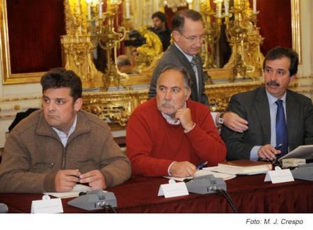 Los alcaldes de Olvera (IU), Prado del Rey (PP) y Setenil de las Bodegas (PSOE), en la reunión en la Diputación.