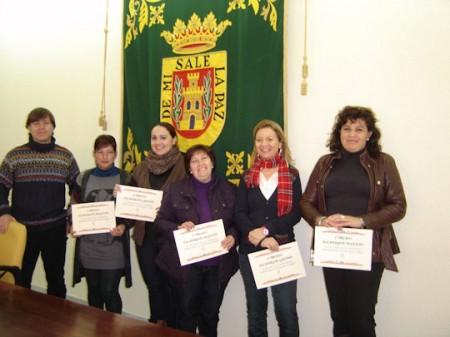 El concejal delegado de Comercio junto a las propietarias de los escaparates ganadores
