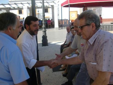 El diputado provincial Alfonso Candón y el alcalde de Prado del Rey, en el Día del Mayor.