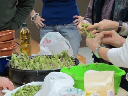 Preparación de un plato con tagarninas.