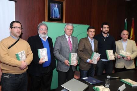 El consejero de Gobernación, el alcalde de Algodonales y cuatro de los autores del libro.