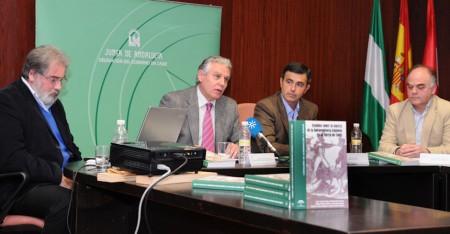 El consejero de Gobernación, durante su intervención, junto con el alcalde de Algodonales y dos de los autores.