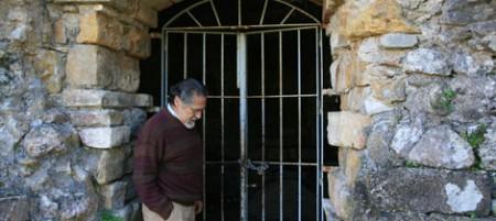 El portavoz de IU, José García Solano, ante el santuario-columbario de Ocuri.