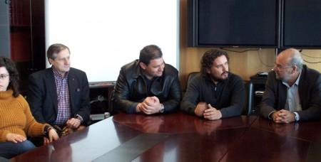 El alcalde de Espera, con otros compañeros y con Willy Meyer.