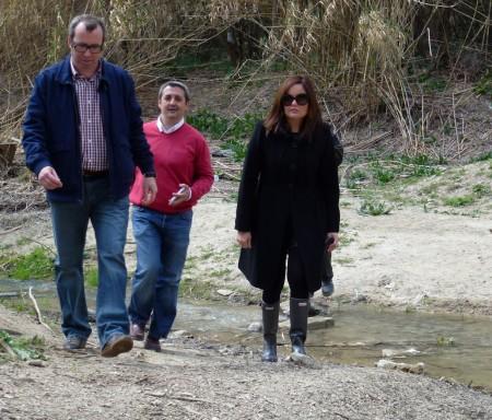 La delegada provincial de Medio Ambiente, en su visita al río.