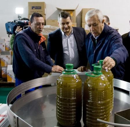 Javier Arenas y Antonio Sanz, en una cooperativa olivarera de Olvera.