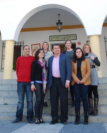 Antonio Sanz, con la alcaldesa de El Bosque y otros miembros del PP.