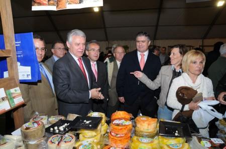 Representantes políticos, en la inauguración de la IV Feria del Queso de Villaluenga.