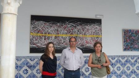 La artista, con el alcalde y la concejal de Cultura de Villamartín.