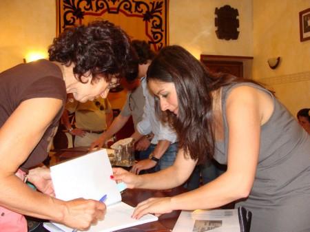 La alcaldesa, con una de las firmantes.