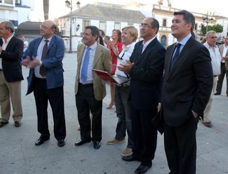 El presidente de la Diputación, el alcalde de Villamartín y otros asistentes a la inauguración.