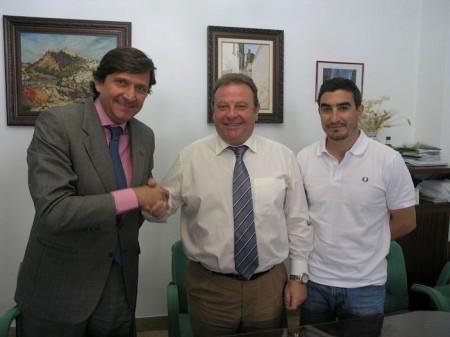 El alcalde de Arcos, entre Antonio Cantos y el concejal de Deportes.
