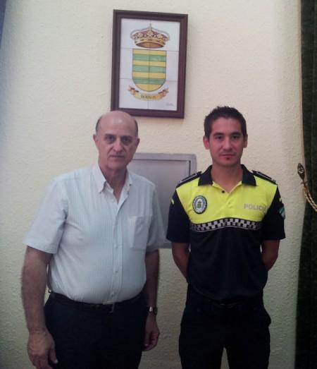El alcalde de Bornos, Juan Sevillano, y el nuevo oficial de Policía local.
