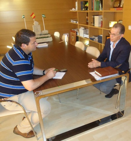 El alcalde de Espera, Pedro Romero, con el diputado provincial de Infraestreucturas, Eduardo Párraga.