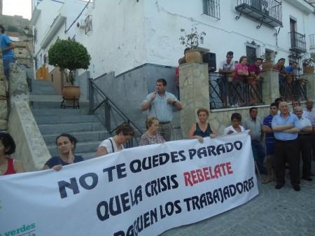 El alcalde, Pedro Romero, micrófono en mano, se dirige a los manifestantes al término de la protesta.