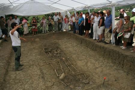El arqueólogo Jesús Román explica a los familiares de víctimas los pormenores de la excavación arqueológica de una de las fosas comunes del Marrufo (Foto: M. Ramírez).