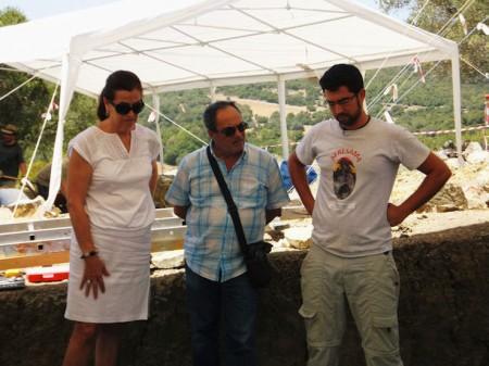 La eurodiputada socialista Carmen Romero, el secretario de Historia y Documentación del PSOE , Carlos Perales, y el arqueólogo Jesús Román.
