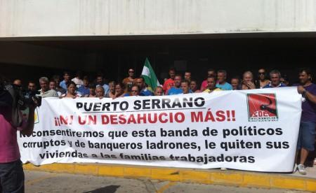 Concentración de vecinos de Puerto Serrano a las puertas del Juzgado de Arcos.