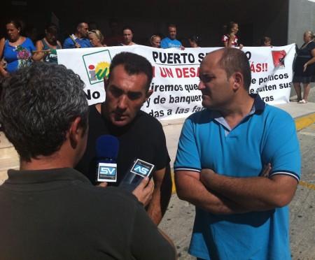 Francisco Javier Gómez (polo azul), alcalde en funciones de Puerto Serrano, y Francisco Ramírez Marchán, el padre de familia afectado.