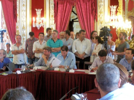 Alcaldes y representantes municipales de IU de la provincia arropan a Pedro Romero en el pleno de la Diputación.