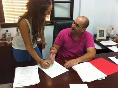 El alcalde en funciones, Francisco Javier Gómez, y María Dolores Luna, responsable de la Oficina.