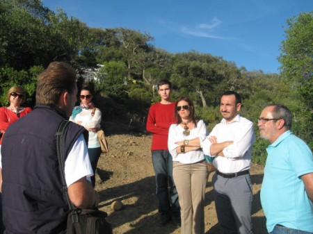 Dirigentes socialistas atienden las explicaciones del coordinador del proyecto de exhumación.