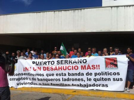 Vecinos de Puerto Serrano, concentrados en el Juzgado de Arcos.