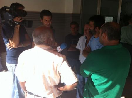 El afectado atiende a la prensa.