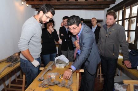 Diego Valderas, en el laboratorio de investigación de los restos humanos exhumados de las fosas comunes del Marrufo.