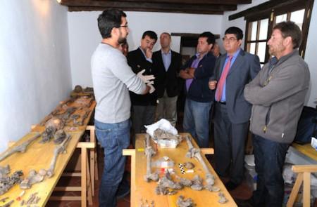 El arqueólogo Jesús Román explica a Diego Valderas algunos detalles de la actuación en las fosas del Marrufo.