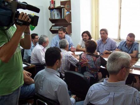 Reunión mantenida por Pedro Romero con alcaldes y portavoces de IU sobre la gestión provincial de residuos.