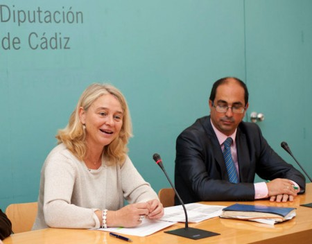 La vicepresidenta primera de la Diputación y el alcalde de Villamartín (Foto: Crespo).