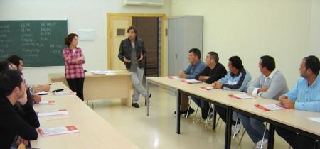 El concejal Pepe Mulero se dirige a los inscritos en el curso de Francés.