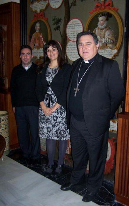 La alcaldesa de Grazalema, con el obispo.