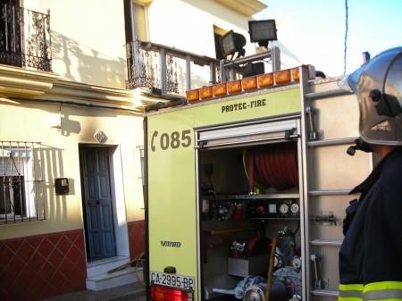 Un vehículo de bomberos, ante la vivienda siniestrada.